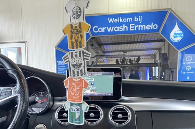 Carwash Ermelo helpt voetbalclubs met geurhangers